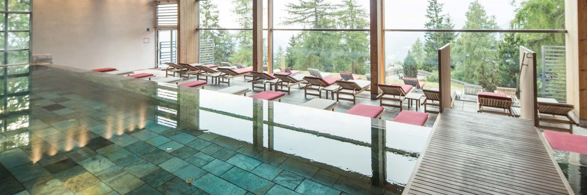 Indoor-Pool des Viglius Mountain Resort aus nachhaltigen Materialien